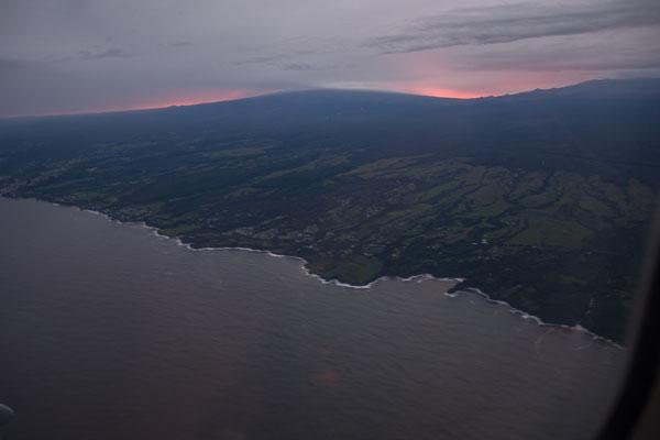 Vorbeiflug am Mauna Kea (4205 müM) bei Sonnenuntergang
