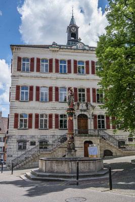 Hotel de Ville mit Jungfrau Brunnen
