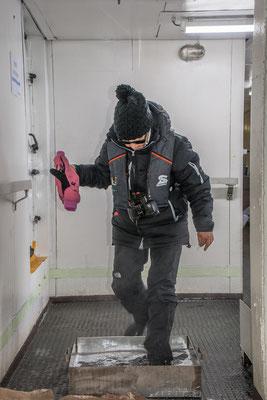 Desinfektion der Stiefel jedesmal beim Verlassen und Reinkommen auf dem Schiff