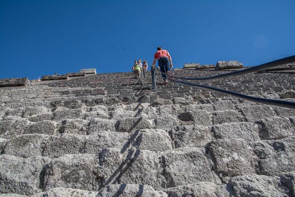 Steile, sehr steile Stufen führen hoch zu den Pyramiden