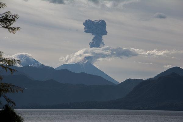 """Der Vulkan """"El Fuego"""" bricht mit Ascheexplosionen aus"""