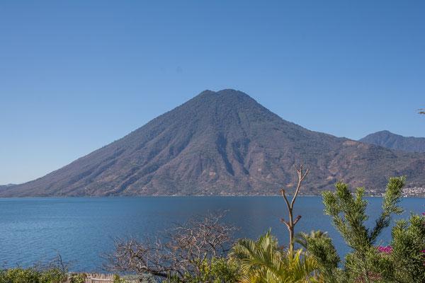 Endlich, der Vulkan bei strahlend blauem Himmel