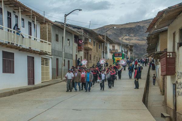 Überraschender Empfang für uns in Angasmarca