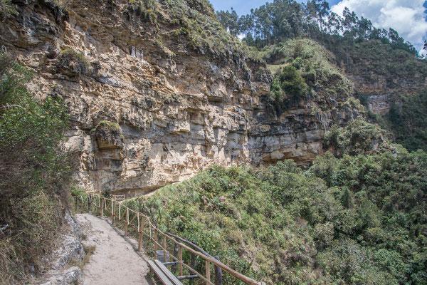 Die Felswand mit den Gräbern