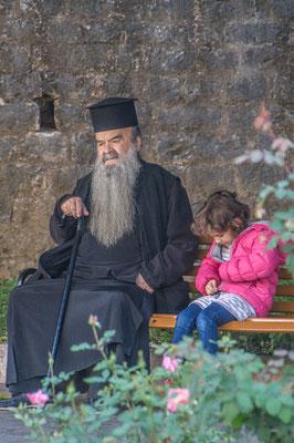 Pope mit einem Mädchen in der Altstadt von Ioannina