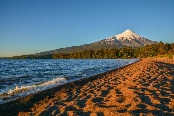 Camping am Strand, unterhalb des Vulkans