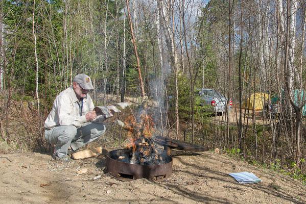 Der Versuch eines Lagerfeuers, viel Arbeit, nasses Holz