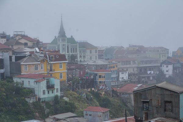 Der berüchtigte Nebel hängt am Morgen noch über der Stadt