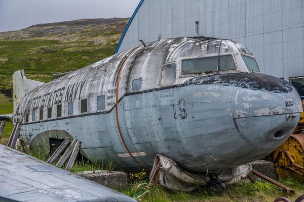 Das alte US Marine Flugzeug wartet auf die Restauration