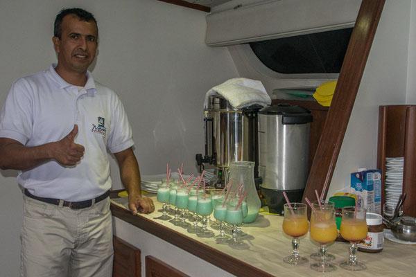 Francisco, unser Bartender und hervorragender Kellner beim Präsentieren der Farewell Drinks