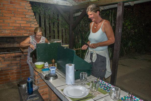 Gemeinsame Kocherei der beiden Damen