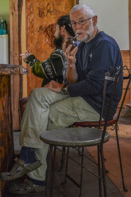 Auch Ueli geniesst das bittere Getränk