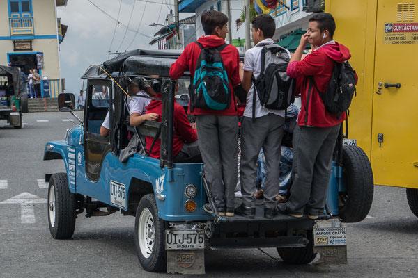 Schulbus, bei uns werden die Kids einzeln im SUV abgeholt, ha ha ha