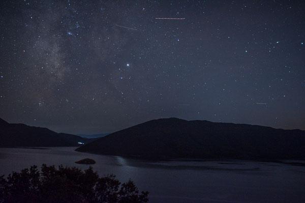 Klarer Sternenhimmel am kleinen Prespa See
