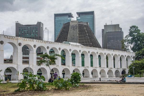 Aquadukt und dahinter die Kathedrale