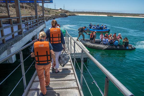 Mit dem Schlauchboot gehts zur Nemo II