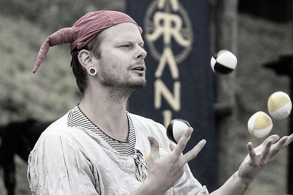 Der Jongleur III./Mittelalterfest auf der Ronneburg 2017 - © Helga Jaramillo Arenas - Fotografie und Poesie / Oktober 2017