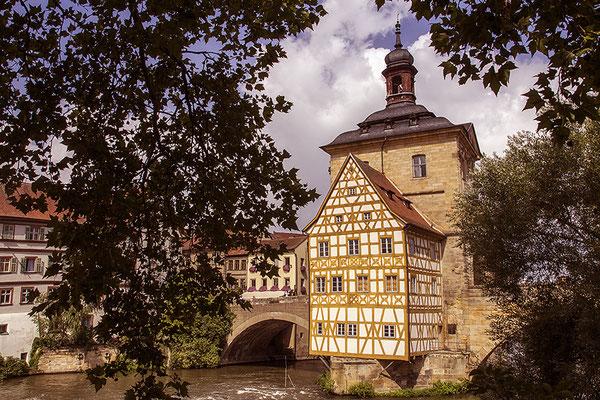 Über tosendem Gewässer / Bamberger Rathaus - © Helga Jaramillo Arenas - Fotografie und Poesie / August 2019