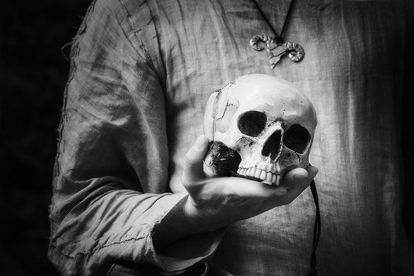 ...den Tod auf Händen tragen (1)/Mittelalterfest auf der Ronneburg 2017 - © Helga Jaramillo Arenas - Fotografie und Poesie / Oktober 2017