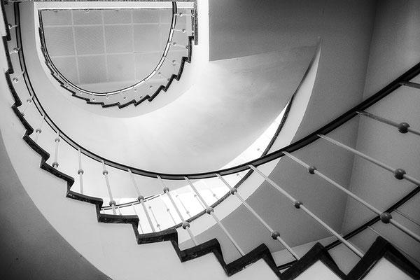 Im Treppenhaus (1) - © Helga Jaramillo Arenas - Fotografie und Poesie / August 2018