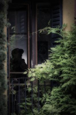Das Geheimnis am Fenster - © Helga Jaramillo Arenas - Fotografie und Poesie / Juni 2018
