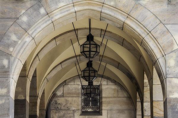 Die Lampen im alten Gemäuer - © Helga Jaramillo Arenas - Fotografie und Poesie / November 2017