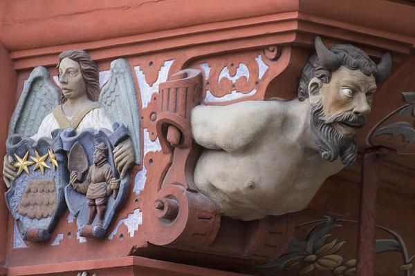 Die Träger des Hauses / Verzierungen der Hofapotheke in Öhringen - © Helga Jaramillo Arenas - Fotografie und Poesie / Juli 2017