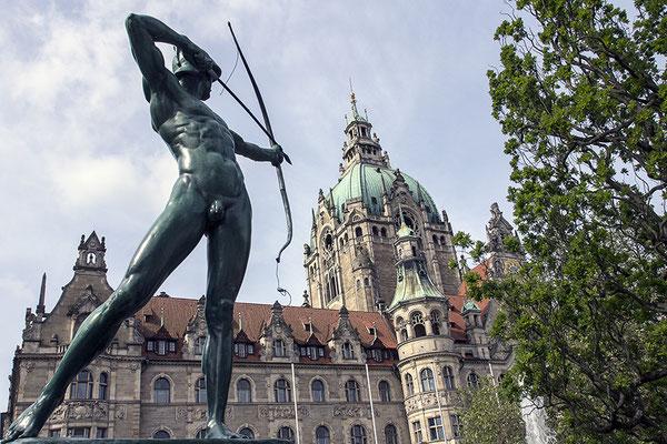 Bedrohung / Das neue Rathaus in Hannover - © Helga Jaramillo Arenas - Fotografie und Poesie / Juni 2017