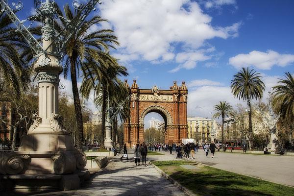 Spaziergang in der Frühlingssonne - Barcelona/Arc de Triomf - © Helga Jaramillo Arenas - Fotografie und Poesie / Mai 2020