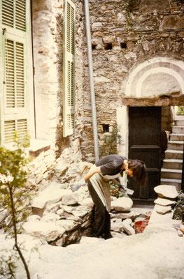 Johanna Obermüller mauert eine Treppe vor dem heutigen Magazzino um 1979