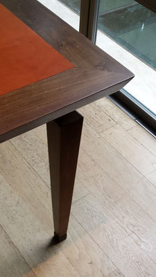 Table à jeu en acajou du Honduras, acier et cuir
