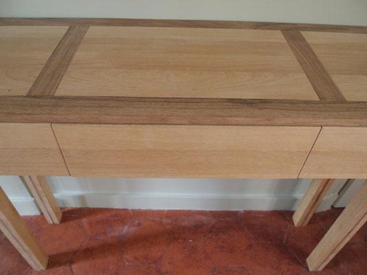 Consoles à trois tiroirs en chêne et noyer massifs, pieds tri-plis massifs