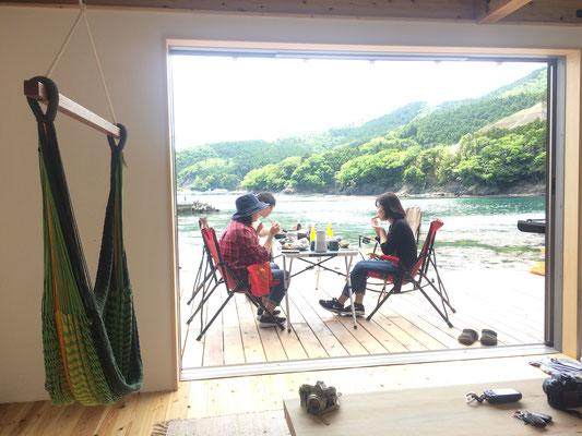 ウッドデッキは海小屋と繋がっていて日陰で食べることも可能です。