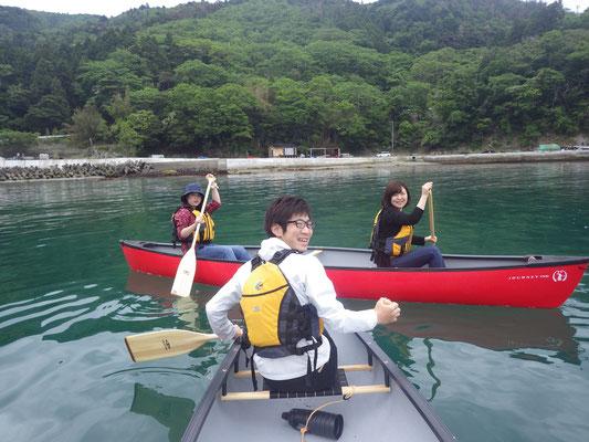 陸で漕ぎ方のレクチャーをしたらライフジャケットを着て早速海へ出ます!