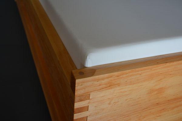 Holzart Erle mit schöner Ansicht unseres Dachprofils an Kopf- und Fußteilen, gegen Verrutschen ohne Sicherungsbolzen