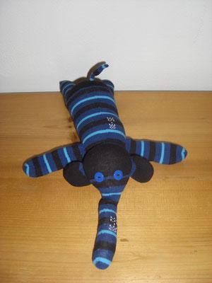Sockenelefant, schwarz mit blau-türkis gestreift