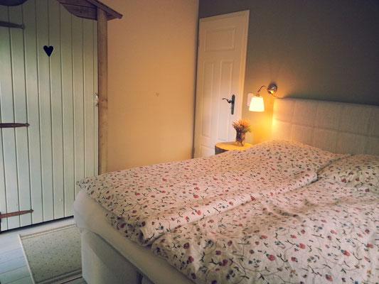 Ein weiteres Schlafzimmer mit Boxspringbett