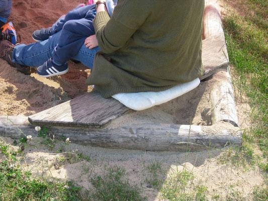 Sandkiste wurde nachträglich mit Sitzlatten ausgestattet. Hervorragende Lösung