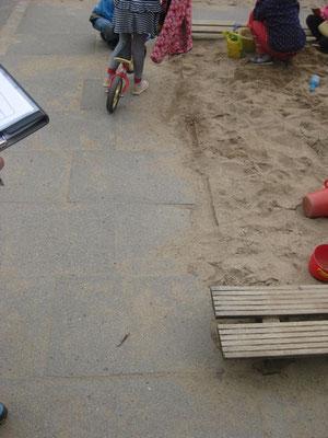 Sitzgelegenheit an Sandkiste