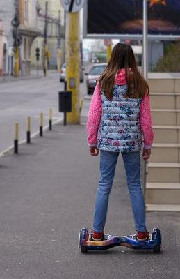 jeune fille en ville sur un hoverboard