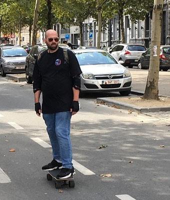 homme sur un skateboard électrique