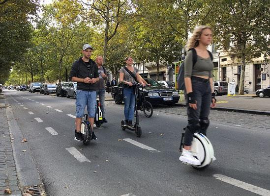 jeunes en mono-roues électrique, gyroroue, monowheel et trottinette électronique
