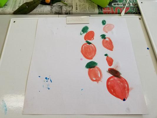 美味しそうな枇杷が7つ 絵の具は3原色の混色で作りました ポイントは大きさリアルに再現❤