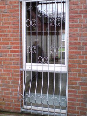 Schlosserei-Knor - Einbruchschutz durch individuelle Fenstergitter Gittertüren und Kellerfenstervergitterungen!