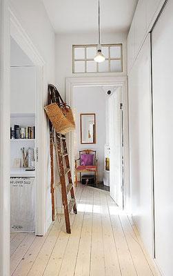 Una scala in legno nell'ingresso è uno dei punti più adatti! Dona energia in stile Feng Shui!