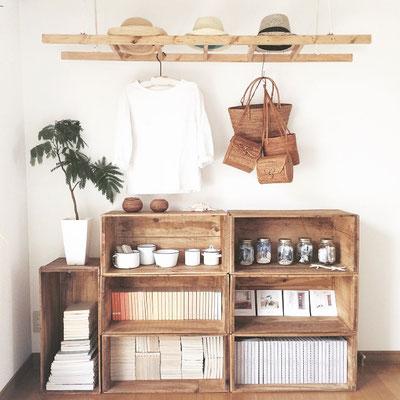 Una Scaletta in legno si adatta a tutto, ad appendere sostenere ed accogliere ...