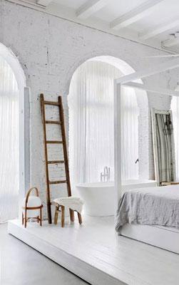 Una Scala artigianale in legno enfatizza ambiente, architettura e design