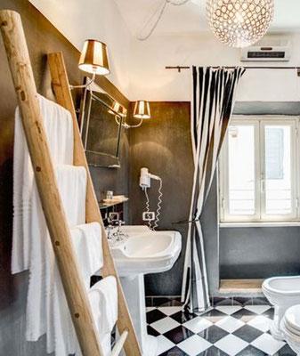 Il legno di castagno naturale si adatta perfettamente ad una sala da bagno ...
