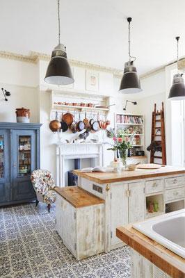 Una scala a pioli artigianale rende più suggestiva ogni cucina ...