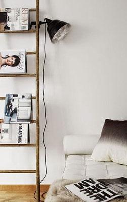 Una scala a pioli utilizzata come comò, per lampada e riviste a gogò ...